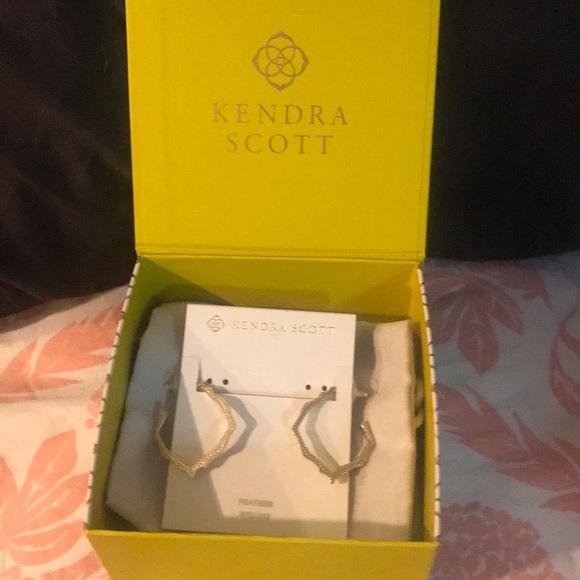 NWT Kendra Scott gold scalloped hoop earrings